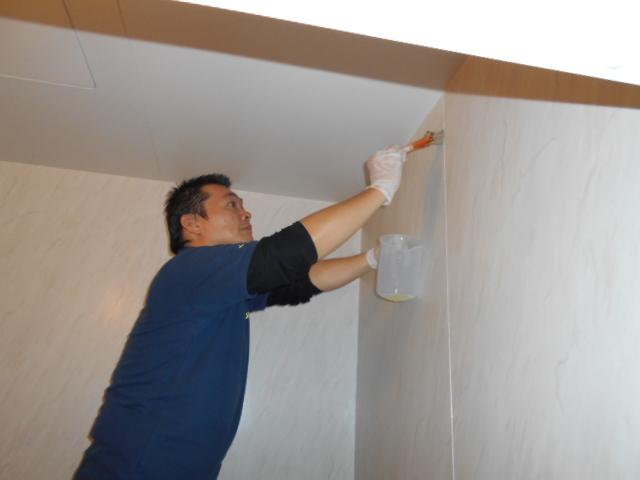 浴室壁面目地カビ取り剤塗布