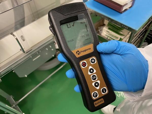 s07_02医薬品工場のベルトコンベアーの菌検査2