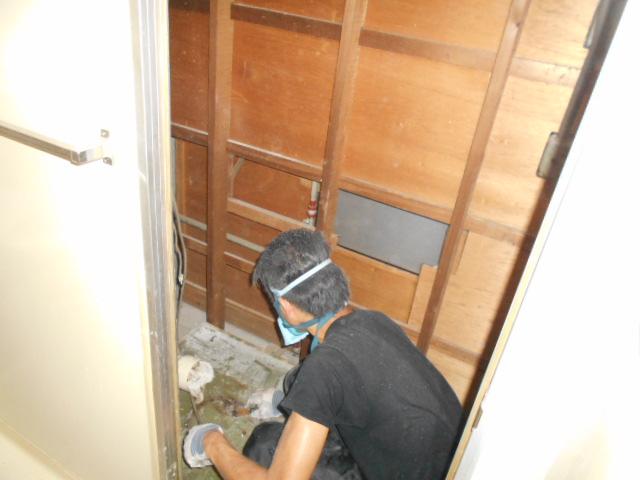 トイレ解体作業1