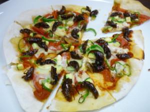 クマゼミ幼虫と夏野菜のピザ1