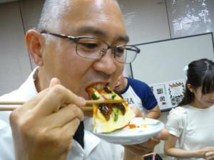 クマゼミ幼虫と夏野菜を食べる便利屋ケンちゃん