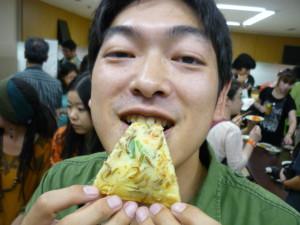 ミールワームのチヂミを食べる加藤室長