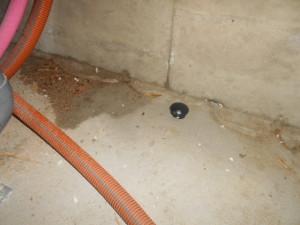 ゴキブリ対策床下のブラックキャップ設置1