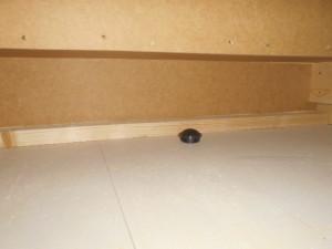 ゴキブリ対策床下階段部分のブラックキャップ設置2