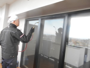 マンション10階ベランダ窓ガラスの遺伝性防虫忌避施工9