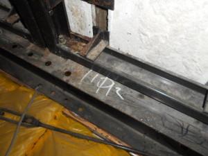 屋根裏鉄骨部のコウモリの糞除去1