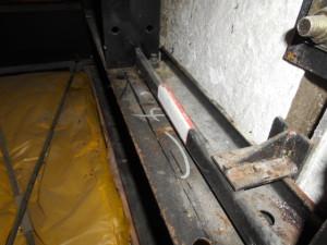 屋根裏鉄骨部のコウモリの糞除去2