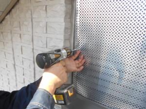 侵入経路の換気口にパンチングパネルの設置2
