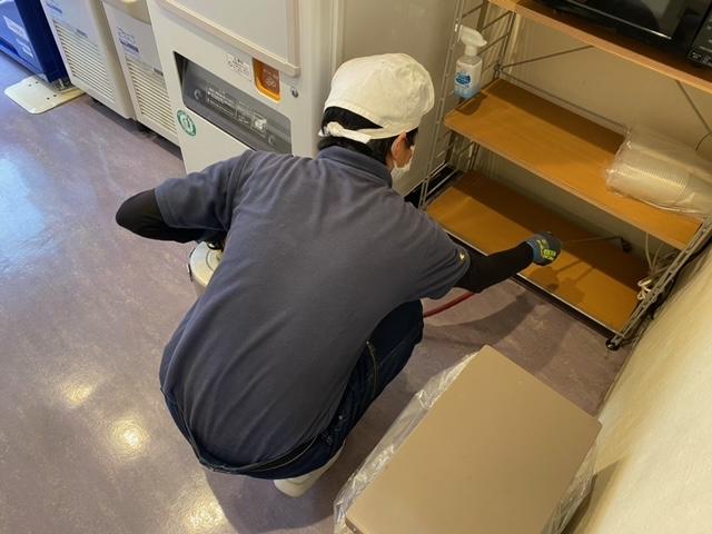 京都市ゴキブリ駆除、ホテルの自動販売機コーナーの薬剤散布