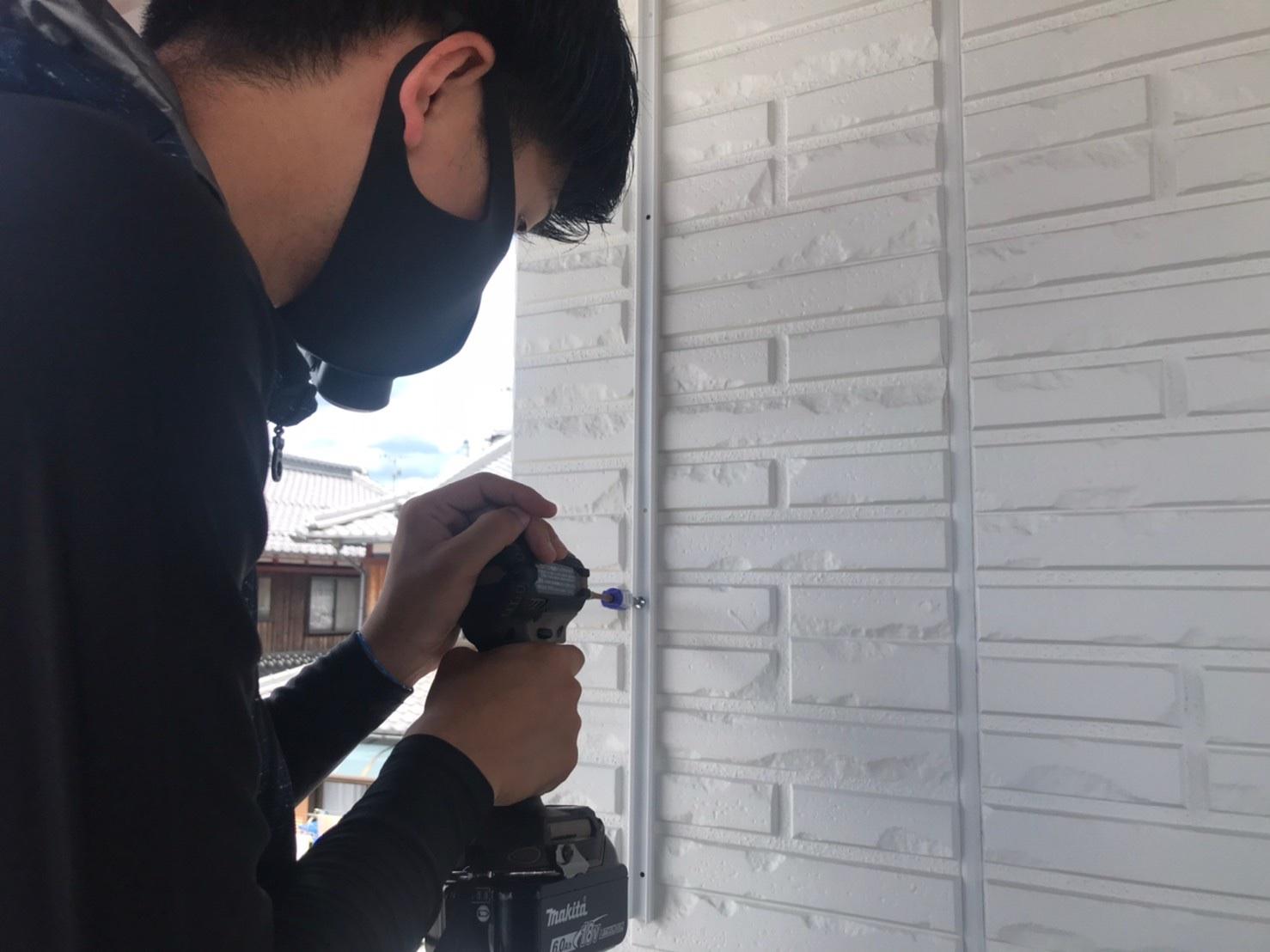 滋賀県の防虫ネット取り付け工事です。壁に穴を開けますのでご理解願います